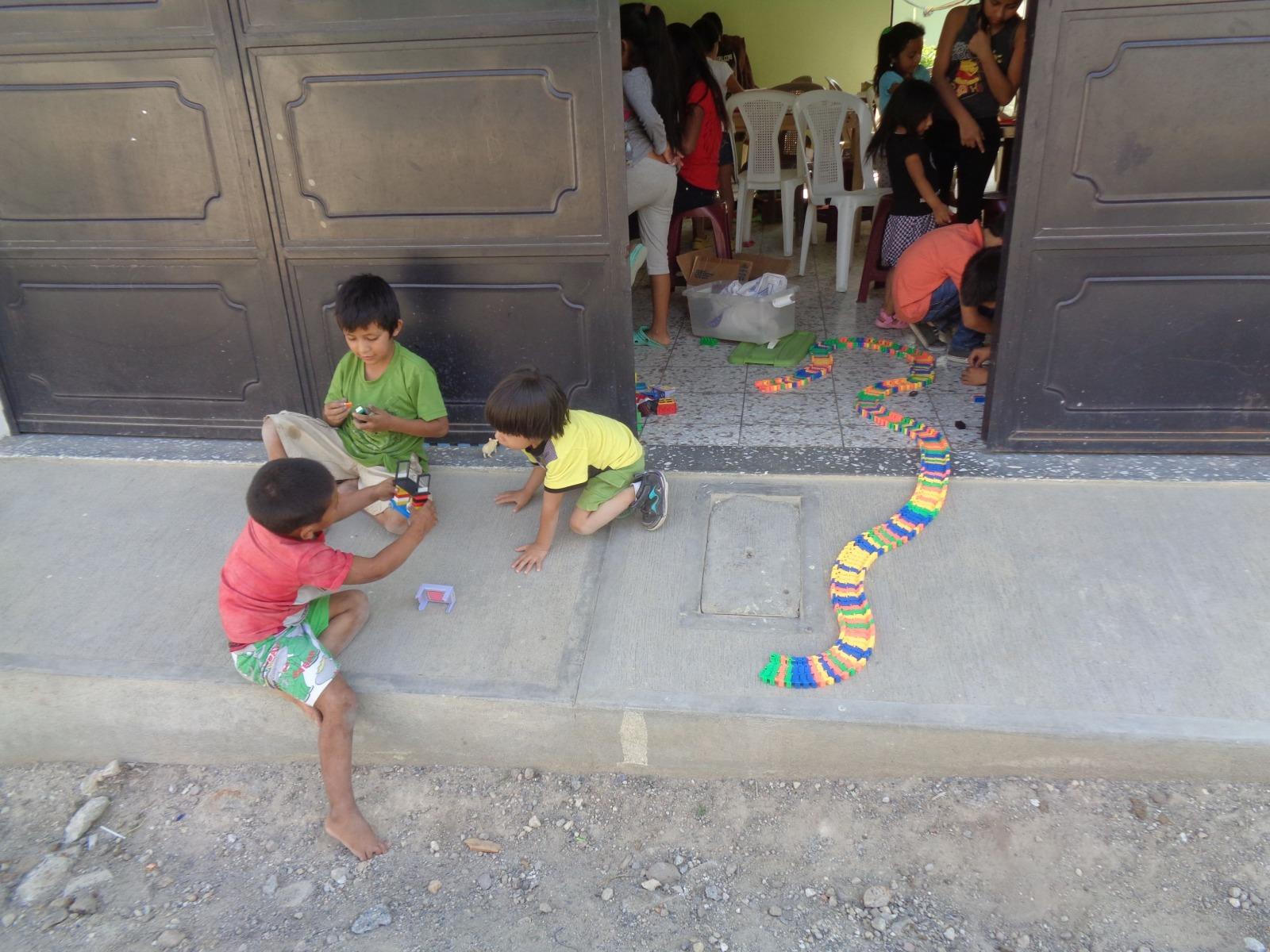 Bibliothek der Kleinen Schwestern mit Büchern, Spielen, Nachhilfe