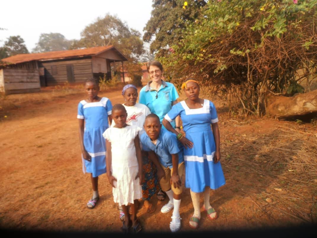 Kl. Sr. Elisa mit den Kindern des Internats