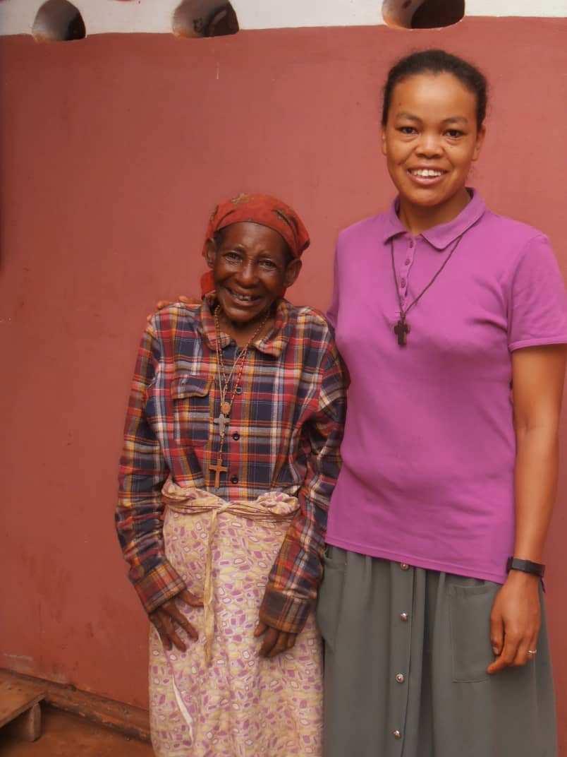 Kl. Sr. Viviane mit einer Frau aus dem Dorf